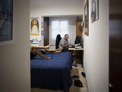 Una familia, en confinamiento, en Palma de Mallorca el 19 de mayo.