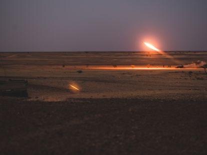 Lanzamiento de un proyectil por las fuerzas del Frente Polisario, este 14 de octubre.