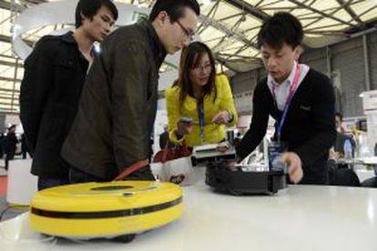 Dos compradores destripan uno de los últimos modelos de robot aspirador.