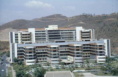 El Hospital universitario es el principal de los edificios de la primera etapa, estucados en blanco y con líneas más clásicas.  