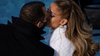 Jennifer Lopez y Alex Rodriguez se besan tras la actuación de la cantante en la toma de posesión de Joe Biden como presidente de EE UU, elo 20 de enero de 2021 en Washington, EE UU.
