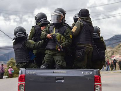 Varios agentes de policías patrullan las calles de La Paz (Bolivia), este lunes.