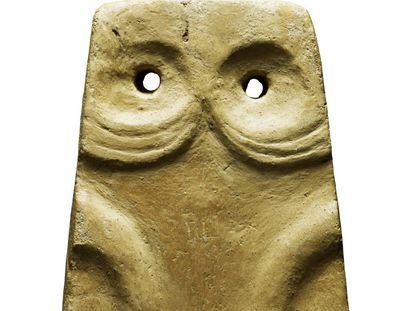 Figurita con forma de placa escultórica, en piedra (3600-2500 a.C), hallada en Anta do Espadanal (Évora, Portugal).
