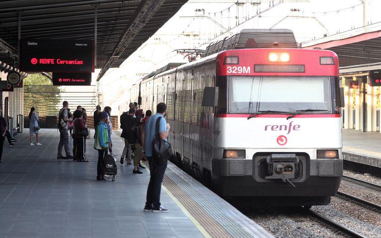 Varios pasajeros se disponen a coger un tren de Renfe en Alcorcón, Madrid.