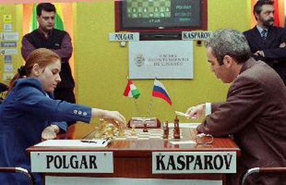 Polgar y Kaspárov, durante su partida de ayer.