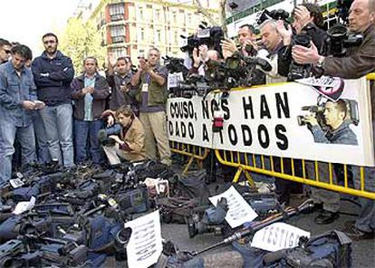 Cámaras de televisión durante la protesta frente a la embajada de EE UU en Madrid.