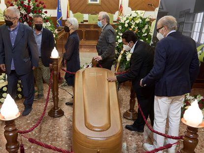 El Ayuntamiento de Oliva ha abierto este sábado la capilla ardiente con los restos mortales del poeta Francisco Brines.