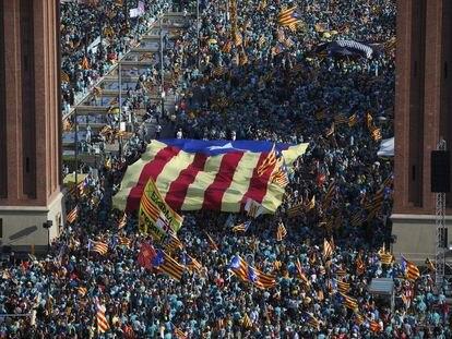 Concentración de la Diada Nacional de Catalunya en 2019 en los accesos a la plaza de Espanya.