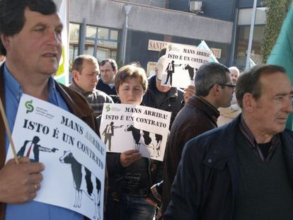 Protesta del Sindicato Labrego Galego frente a la consellería de Medio Rural.