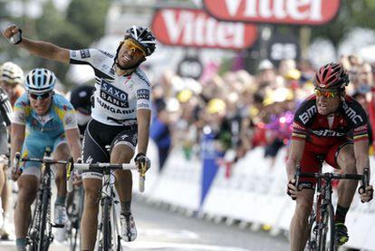Contador levanta el brazo pensando que ha ganado a Evans en la meta del Mûr de Bretange.