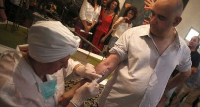 Un instante de la Performance de Cuco Suárez, 'Huida', una de las manifestaciones artísticas realizadas ayer en apoyo de Eugenio Merino.