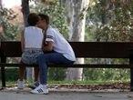 25-08-17 (DVD 859) Una pareja de jovenes el el Parque de el Retiro.©Jaime Villanueva