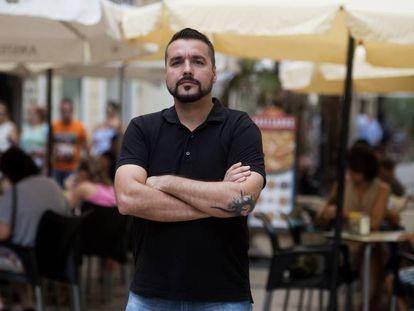 Ángel Prieto, ante una terraza en Valencia.