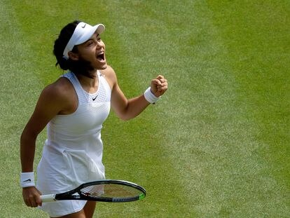 Raducanu celebra un punto durante el partido contra Cirstea en Wimbledon.
