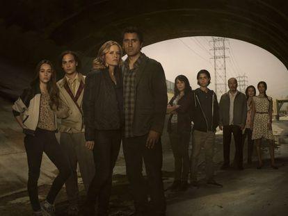 Em junho deste ano, o EL PAÍS visitou o set de gravação da série Fear The Walking Dead, em Vancouver (Canadá). Durante dois dias, entre uma cena e outra, pudemos conversar com todo o elenco, produtores e diretores. Os oito protagonistas esmiúçam nesta fotonovela os medos de seus personagens no início de um apocalipse zumbi, além de alguns segredos da gravação. Vire a página... <p>Mais informação:<br> - <a href=http://cultura.elpais.com/cultura/2015/08/02/television/1438531287_319548.html target=blank>Reinventar o apocalipsis zombi em família</a><br> - <a href=http://cultura.elpais.com/cultura/2015/08/02/actualidad/1438532915_442396.html target=blank>Rubén Blades, o sábio vivente</a><br> - <a href=http://cultura.elpais.com/cultura/2015/08/18/television/1439914621_878339.html target=blank><i>Fear The Walking Dead</i>, zombis mais frescos</a><p><i>Fear The Walking Dead</i> estreou nesta segunda-feira, 24 de agosto, em AMC.