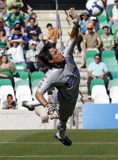 El guardameta del Almería Diego Alves realiza una parada durante el partido.