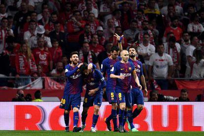 Messi, Coutinho, Iniesta, Busquets y Suárez celebran el quinto gol azulgrana ante el Sevilla.