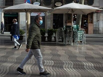 Ciudadanos con mascarilla y manteniendo la distancia en La Rambla de Barcelona este mes de enero.