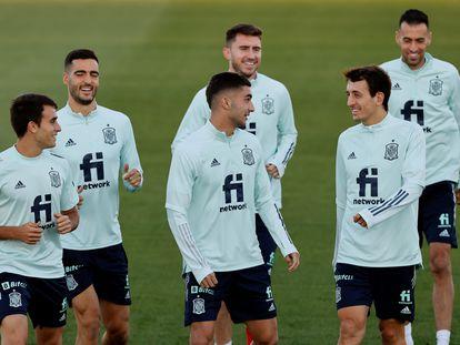 Ferran Torres (centro) bromea con Oyarzabal (derecha) y Reguilón (izquierda). Detrás,  Mikel Merino, Laporte y Busquets.   EFE/Mariscal
