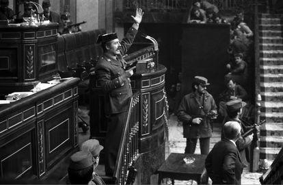 El teniente coronel Tejero irrumpe, pistola en mano, en el Congreso de los Diputados durante la segunda votación de investidura de Leopoldo Calvo Sotelo como presidente del Gobierno. el 23 de febrero de 1981.