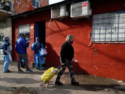 Personal sanitario recorre casas por casa en un barrio popular de Beccar, en la región metropolitana norte de la ciudad de Buenos Aires, el 17 de junio de 2020.