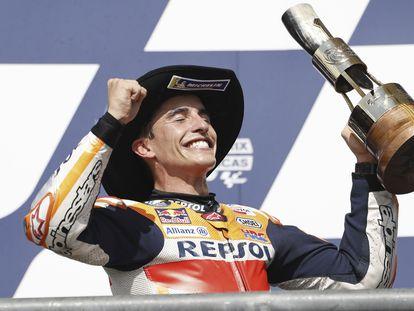 Marc Márquez, con el sombrero de cowboy, celebra en el podio del circuito de las Américas su segundo triunfo de la temporada.