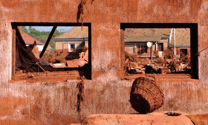 Aspecto que tienen las casas de la población de Kolontar, evacuada ante el riesgo de otra ruptura de la presa.