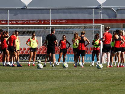 La plantilla del Atlético femenino, en un entrenamiento antes de la suspensión.