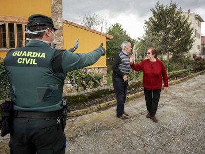 Agentes de la Guardia Civil visitan a varios ancianos para controlar que todo funciona correctamente (Madrid).