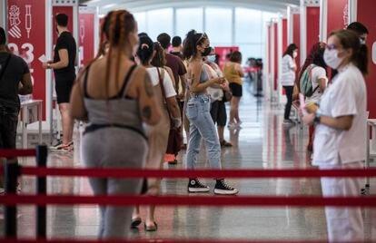 Jóvenes reciben su primera dosis de vacuna, este miércoles, en la Ciudad de las Artes y las Ciencias de Valencia.