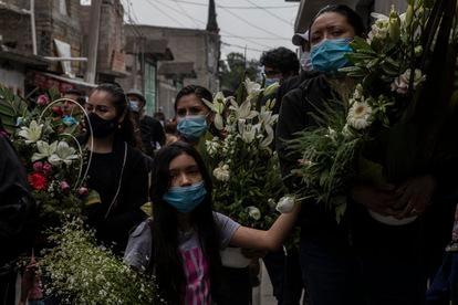 La familia de Juan Luis Díaz Galicia lo despide en San Pedro Tláhuac, Ciudad de México, el pasado 5 de mayo.