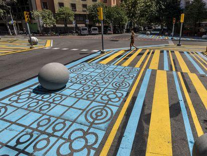 Saturación de elementos de señalización en el cruce entre las calles de Rocafort y Cent en Barcelona.