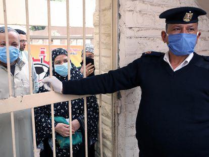 Pensionistas egipcios con mascarillas esperan para cobrar su pensión mensual en el distrito de Shubra El Kheima, en El Cairo.