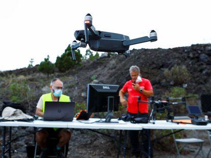 Técnicos del Instituto Geográfico Nacional haciendo fotogrametría antes de la erupción, el 18 de septiembre, en Jedey, La Palma.