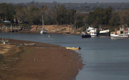 Barcos en el río Paraná a la altura de Rosario.