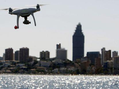 Un dron sobrevuela el mar en la costa de Benidorm, Alicante.