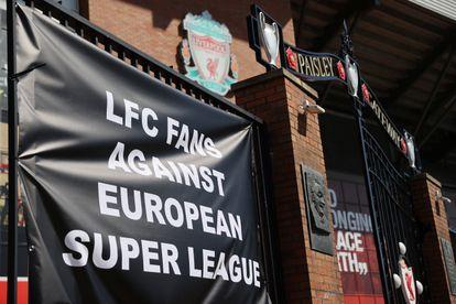 Una pancarta en contra de la Superliga a las puertas del estadio Anfield colgada este lunes por los aficionados.