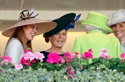 La princesa Beatriz y Sarah Ferguson conversan con la reina Isabel II en Ascot, en 2018.