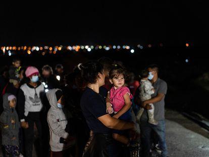 Solicitantes de asilo esperan en la frontera de México con EE UU, el 28 de mayo.
