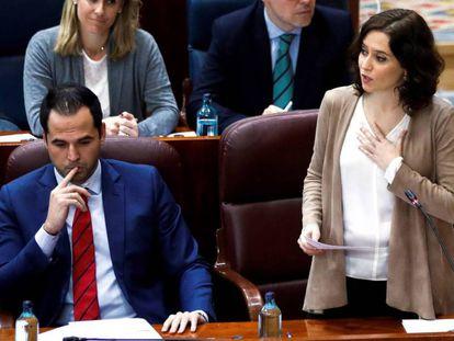La presidenta de la Comunidad de Madrid, Isabel Díaz Ayuso (d) y su vicepresidente Ignacio Aguado (i) durante el pleno de la Asamblea el 5 de diciembre de 2019.