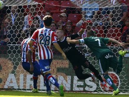 Joaquín marca un gol en El Molinón.