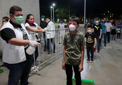Toma de temperatura en el polideportivo Alexis Arguello, en Managua, el pasado 25 de abril.