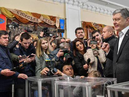 Petro Poroshenko, tras votar en Kiev.