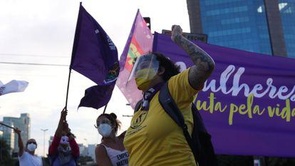 Una mujer durante la protesta en São Pulo, este lunes.