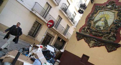 Basura acumulada alrededor de unos contenedores en el centro de Sevilla.
