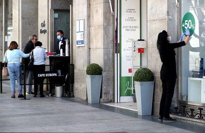 Apertura de comercios en el centro de Madrid, este lunes.
