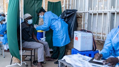 Un hombre recibe una dosis de la vacuna en Bulawayo, Zimbabue (África).
