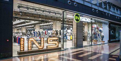 La marca abarca la venta de todo tipo de productos de vestir y complementos para jóvenes de 15 a 30 años.
