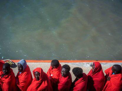Migrantes subsaharianos rescatados en el estrecho de Gibraltar llegan al puerto de Barbate.