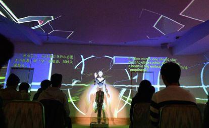 Un robot llamado Kannon Mindar charla con los asistentes a un acto en Kioto el 9 de marzo pasado.
